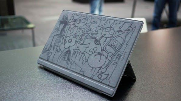 Surface-Designer Ralf Groene zeigt uns sein ganz persönliches Surface 3 Pro – mit seinen eigenen Zeichnungen auf dem Cover. (mos)
