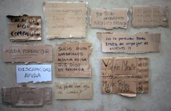 """Die Schriftzüge auf Pappschildern dienen als Vorlage für die """"Homeless Fonts"""". (Screenshot: Vimeo)"""