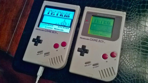 "Der selbstgebaute ""Super Pi Boy 64 Mega"" neben dem Ur-Game-Boy. (Quelle: superpiboy.wordpress.com)"
