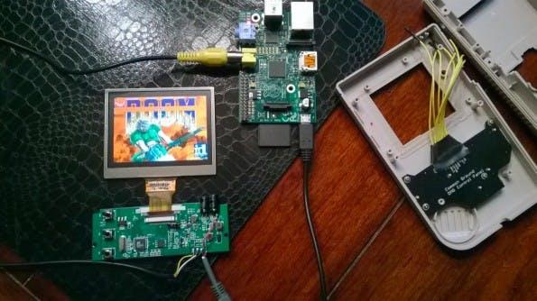 """Die Innereien des """"Super Pi Boy 64 Mega"""": Ein LCD-Display aus dem Auto-Bereich und ein Raspberry Pi (Modell B). (Quelle: superpiboy.wordpress.com)"""