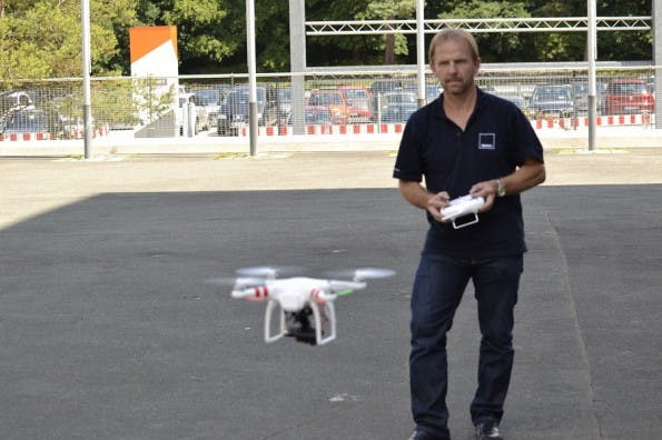 Hannes Schmalzer bei der Vorführung einer Drohne. (Foto: Developer Week)