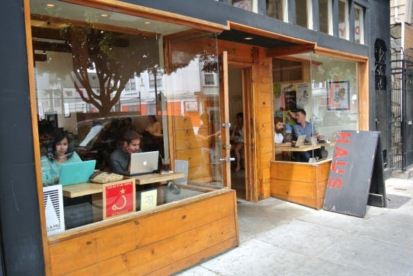 """Webworking in San Francisco: Das """"Haus"""" in der 24th Street punktet mit einem angenehm ruhigen Außenbereich. (Bild: Andreas Weck)"""