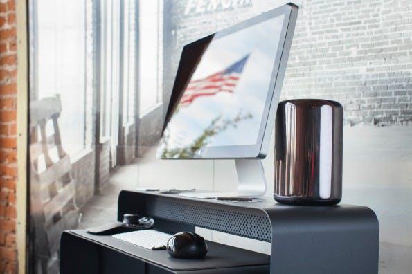 Ob schlicht schwarz oder knallig bunt: Den OneLess-Schreibtisch gibt es in vielen Farbvarianten. (Foto: Heckler Design)