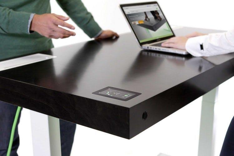 Arbeiten sowohl im Stehen als auch im Sitzen ermöglicht der Stir Kinetic Desk. (Foto: Stir)