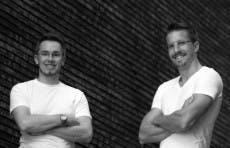 Mit Vibraa haben Andreas Stockburger (rechts) und Marc Schlegel (links) einen Sex-Shop mit Niveau gegründet. Sie bedienen damit den Trend im Bereich Sex-Tech. (Foto: Vibraa)
