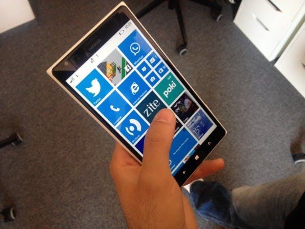 Die Einhandbedienung mit einem großen Smartphone ist gut möglich, wenn man es nicht fest umklammert, sondern den kleinen Finger in lockerer Handhaltung als Stütze hinzunimmt. (Foto: Sebastien Bonset)
