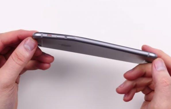 Ob Apple auch ein verbogenes iPhone 6 eintauscht? (Screenshot: Unbox Therapy)