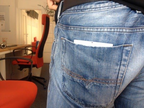 Wie man sieht: Das Lumia 1520 passt perfekt in die hintere Hosentasche meiner Hose. Das iPhone 6 Plus ist sogar ein wenig kleiner und dürfte vermutlich nicht mal rausgucken. (Foto: Sebastien Bonset)