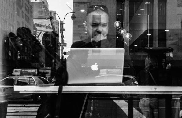 Hotspots sicher nutzen: Gerade wer im Cafe oder auf Messen im öffentlichen WLAN arbeitet, sollte Vorkehrungen treffen. (Bild: Flickr-Jim Pennucci / CC-BY-2.0)
