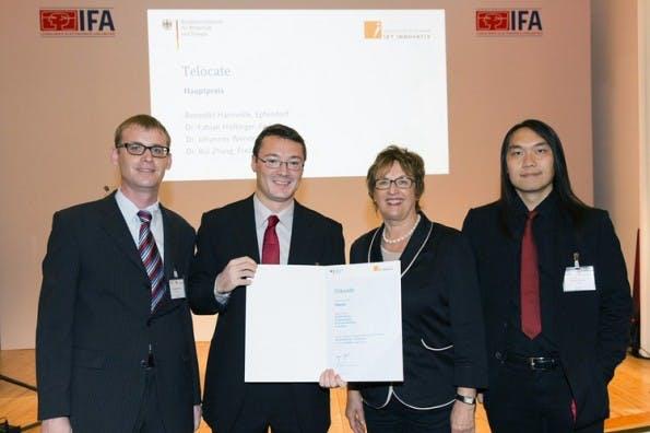 Von Brigitte Zypries, Staatsekretärin im Bundeswirtschaftsministerium, wurde das Telocate-Team auf der IFA in Berlin mit dem IKT-Preis ausgezeichnet. (Foto: Wolfgang Borrs)