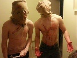Tyler Merluzzi und sein Bruder wollten ihre Nachbarschaft zu Halloween terrorisieren und den ganzen Spaß mit mehreren Kameras dokumentieren. Für 400 US-Dollar hätte ihnen das Internet dabei zusehen können, doch keiner wollte zahlen. (Quelle: kickended.com)