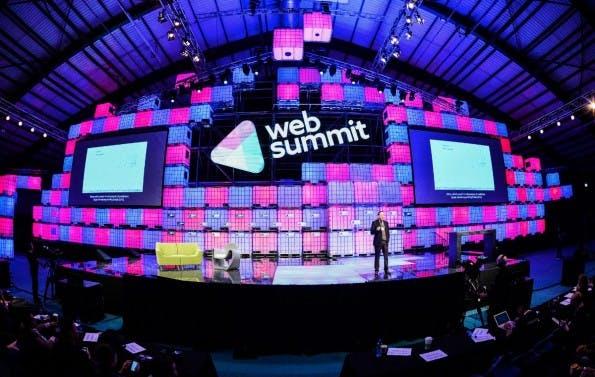 Auf der großen Bühne des Web Summit finden Panels fast im Minutentakt statt. (Foto: Web Summit)