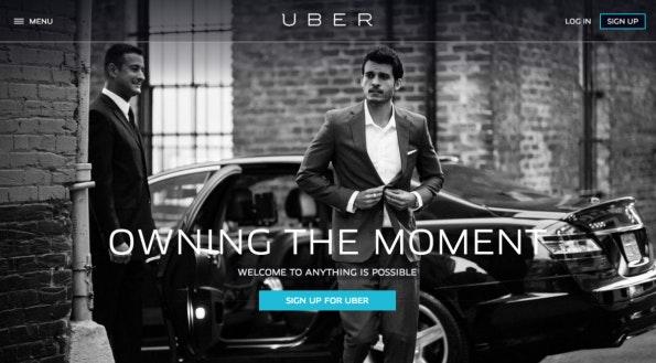 Die Website von Uber verwendet auf der Startseite neben Schwarz-Weiß nur einen Farbe, (Screenshot: Uber)