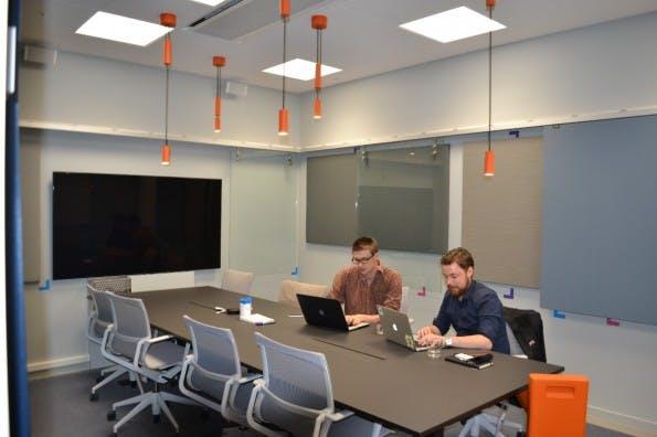 Klarna Mitarbeiter in einem der Besprechungsräume. (Foto: Jochen G. Fuchs)