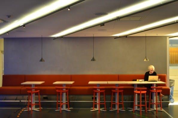 Im 1. OG, ein offener Bistro-ähnlicher Bereich bei einer der Kaffeeküchen. (Foto: Jochen G. Fuchs)