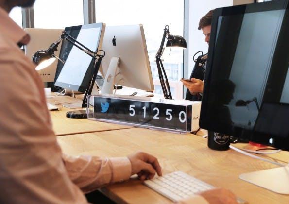 Social Media: FlapIt bringt eure Fan- und Follower-Zahlen direkt ins Büro oder in euren Laden. (Foto: FlapIt)