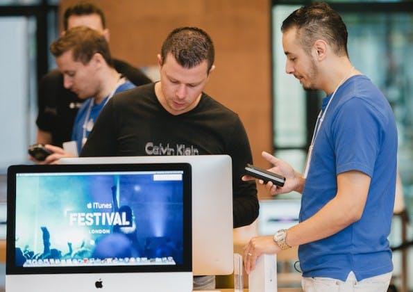 """Kuriose Jobtitel: Im Apple-Store wird der Techniker auch """"Genius"""" genannt. (Bild: Hadrian / Shutterstock.com)"""