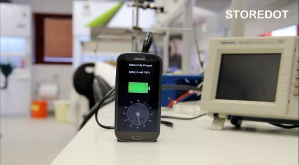 Die erste Version des StoreDot-Ladegeräts für den Smartphone-Akku. (Screenshot: StoreDot/Youtube)