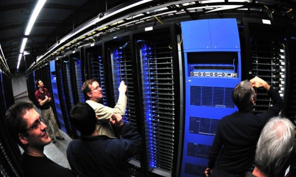 Noch betreuen Menschen die riesigen Datenzentren. Ob Facebook bald Roboter dafür einsetzt? (Foto: Adam Radosavljevic – Fotolia.com)