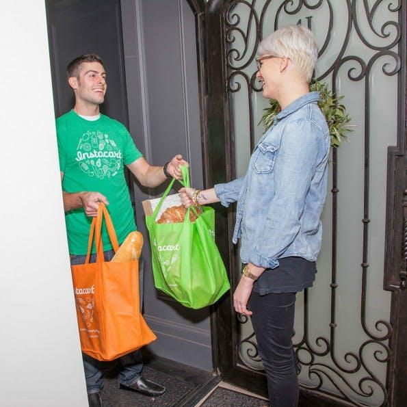 """Startups wie Instacart bieten volle Einkaufstüten On-Demand. Was Nutzern viel Komfort bringt, ist für die """"Shopper"""" oft viel Arbeit bei geringem Lohn. (Foto: Instacart)"""