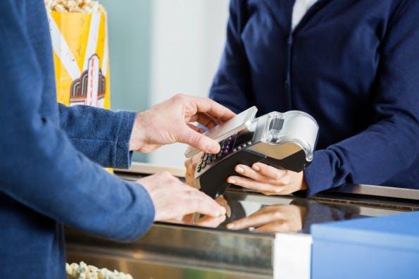 Durch Technologien wie Beacons, NFC, RFID oder QR-Codes ergeben sich für den stationären Handel ganz neue Möglichkeiten. (Foto: Shutterstock/Tyler Olson)