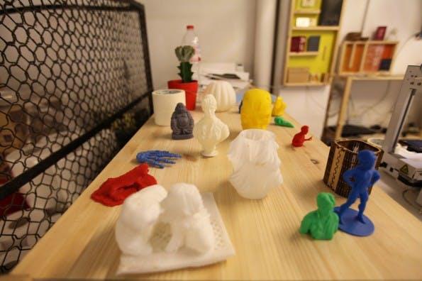 Der 3D-Drucker läuft permanent. (Foto: Felicitas Hackmann)