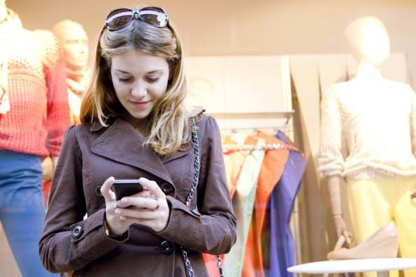Mobiles Shoppen gehört zu den globalen E-Commerce-Trends. (Foto: Shutterstock/MJTH)
