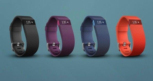 Der FitBit Charge HR bringt unter anderem einen Sensor für die Herzfrequenz mit. (Bild: FitBit)