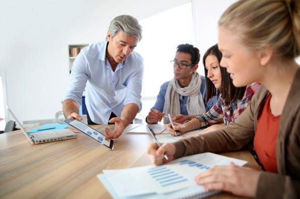 Das hier ist ein Stockfoto – nirgendwo in Deutschland sieht der Unterricht so aus. (Foto: Shutterstock / Goodluz)