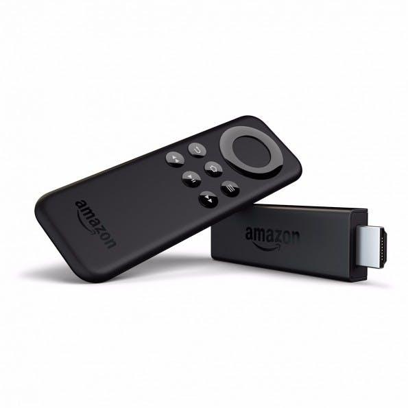 Amazons Fire TV Stick kommt mit einer eigenen Fernbedienung – im Gegensatz zu Googles Chromecast. (Bild: Amazon)