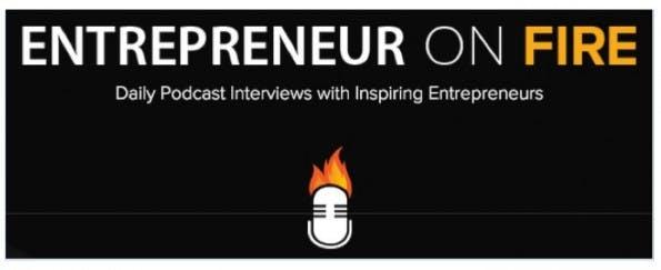 """John Lee Dumas erwirtschaftet mit seinem täglichen Podcast """"Entrepreneur On Fire"""" mittlerweile eine Viertelmillion US-Dollar Umsatz monatlich. Wie hat er das gemacht? Er hat einfach die Reichweite ausgenutzt, die seine Interviews und die Interviewpartner mitbringen. Besonders interessant an seinem Podcast ist das rigide Format. Damit er auch wirklich JEDEN Tag einen Podcast rausbringen kann, setzt er in seinem Podcast fast immer auf die gleiche Fragen-Struktur. Damit setzt er sozusagen auf Masse statt Klasse, was die Produktion enorm beschleunigt und anscheinend ausgezeichnet funktioniert. Angeblich hat er mehrere hundert Interviews im Vorlauf. (Screenshot: entrepreneuronfire.com)"""