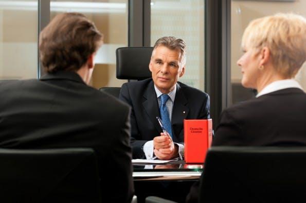 Auch in den Rechtsabteilungen fehlt es an Social-Media-Experten. (Foto: Shutterstock / Kzenon)