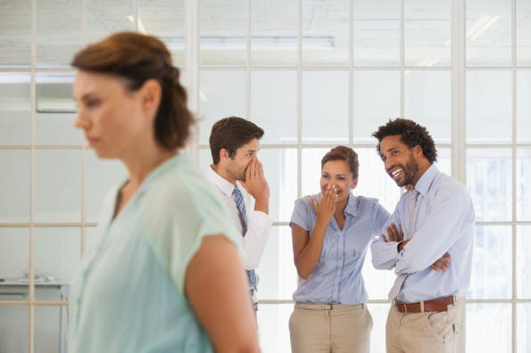 Im Team nicht akzeptiert zu werden, kann weh tun (Foto: Shutterstock / lightwavemedia)