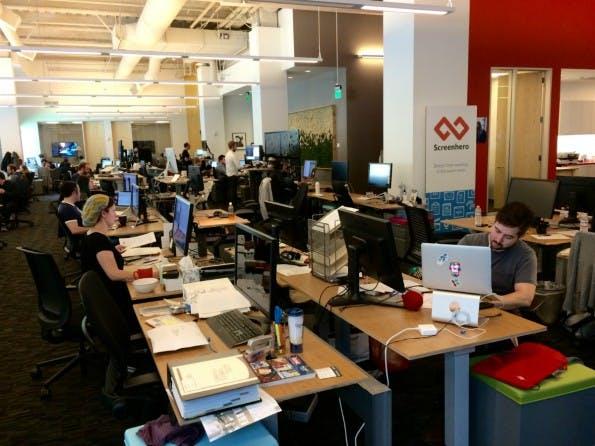 Tisch an Tisch, Stuhl an Stuhl, Reihe für Reihe: Trotz Großraumbüro ist es bei Slack de facto mucksmäuschenstill. Zu wichtig ist der Kampf um die Unternehmenskommunikation der Zukunft. (Foto: t3n)