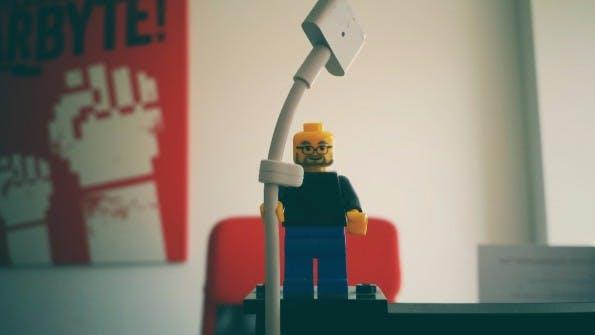 Technik-Lifehack #02 – Lego-Figur als Kabelhalter. (Bild: t3n.de)
