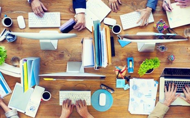 Ungestört arbeiten, ist im Großraumbüro fast unmöglich. (Bild: Rawpixel / Shutterstock.com)