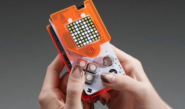 Erinnert ein wenig an einen nackten Game Boy: Der fertige Arduino Gamer.(Screenshot: adafruit.com)