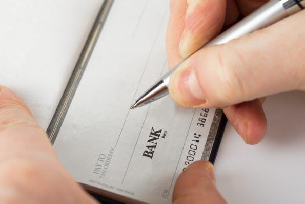 Viele Europäer mussten vermutlich noch nie einen Scheck ausstellen oder einlösen – das Zahlungsmittel gilt weithin als antiquiert. (Foto: Shutterstock)