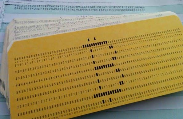 Mit Hilfe dieser Lochkarten kann auch ein IBM 1401 zum Bitcoin-Mining verwendet werden. (Foto: Ken Shirriff/righto.com)