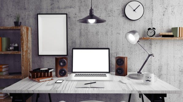 Ein sauberer Arbeitsplatz und aufgeräumter Desktop bringt mehr Überblick. (Bild: Shutterstock / pikcha)