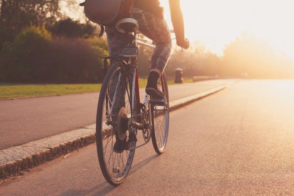 Im Sommer gilt: Mit dem Fahrrad, Longboard oder zu Fuß ins Büro. (Foto: LoloStock – Shutterstock.com)