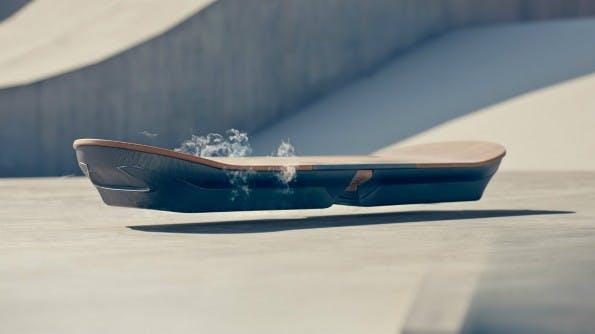 Das Hoverboard von Lexus hält sich mit einer Magnetschwebetechnik über dem Boden und hat ein schickes Design. (Foto: Lexus)