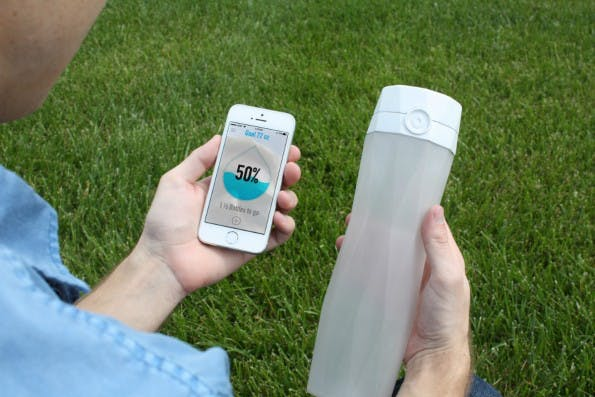 Die smarte Wasserflasche Hidrate verbindet sich mit der App und stellt sich auf unterschiedliche Situationen wie das Sport machen ein. (Foto: Hidrate)