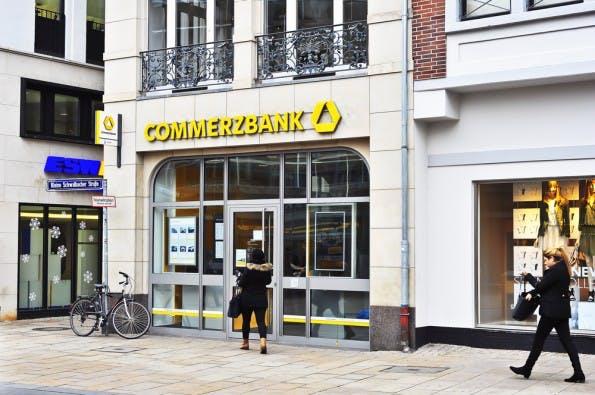 """Solange es Bargeld noch gibt, kann ich es auch bei der Bank abheben. (Foto: Vytautas Kielaitis / Shutterstock.com"""">Shutterstock)"""