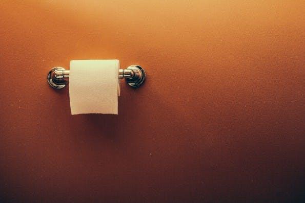 """Erfolgreiche Überschriften: """"Machst du die Klo-Tür zu, wenn du ganz alleine zu Hause bist?"""" (Grafik: Shutterstock-Atomazul)"""