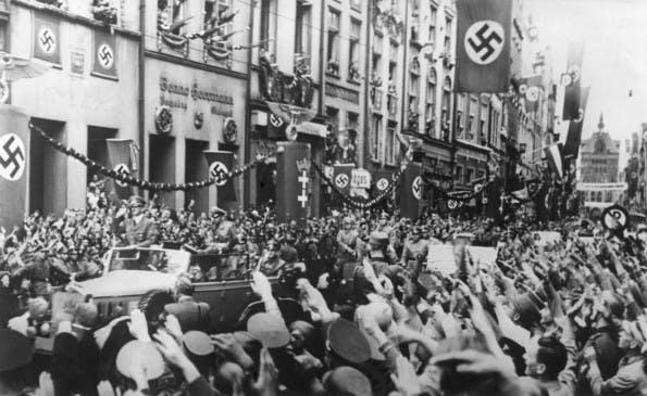 """Erfolgreiche Überschriften: """"Adolf Hitler trägt nicht die Alleinschuld am Zweiten Weltkrieg"""" (Foto: Everett Historical / Shutterstock.com)"""