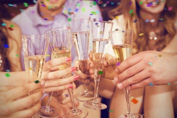 Gut funktionierende Teams nehmen sich Zeit, um gemeinsame Erfolge zu feiern. (Foto: Shutterstock.com)