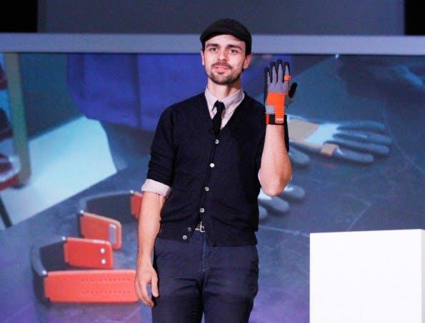 Gründer Thomas Kirchner auf dem Pioneers Festival in Wien: Hier stellt er seinen elektronischen Handschuh für die Industrie vor. (Foto: Presseportal)