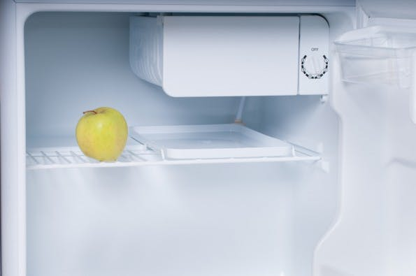 Der Apfel rettet mich jetzt auch nicht mehr. In den Kühlschrank muss definitiv mehr rein. (Foto: Shutterstock )