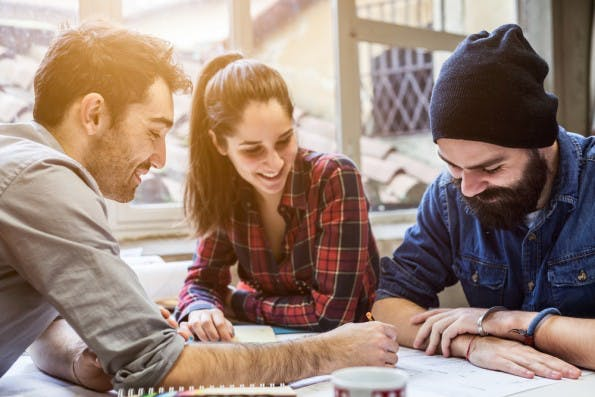 Teamarbeit: Was macht gutes Teamwork aus? (Foto: Shutterstock / loreanto)